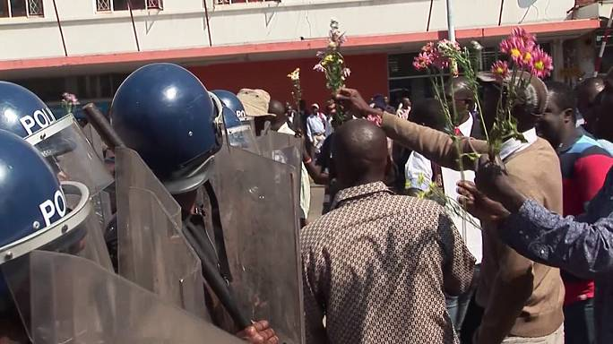 Police break up bank protest in Zimbabwe