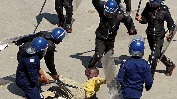 شرطة زيمبابوي تقمع في هراري مظاهرة احتجاجية ضد الحكومة