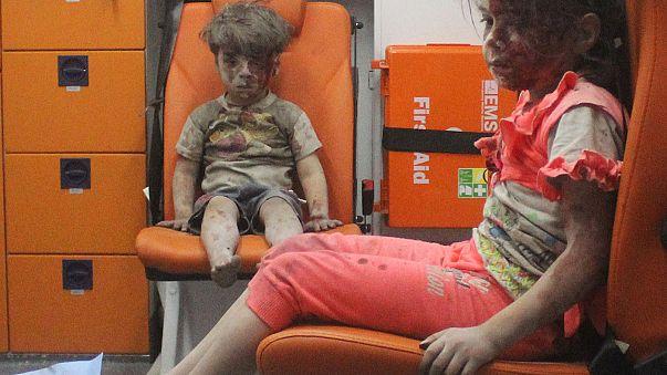 Alep: l'image d'un enfant couvert de cendres et de sang, symbole de l'horreur dans la ville assiégée