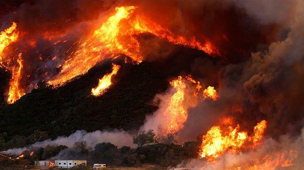 الحرائق تواصل تمددها شرق كاليفورنيا