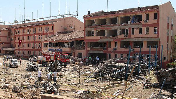مقتل أربعة عشر شخصا معظمهم من العسكريين في ثلاثة تفجيرات جنوب شرق تركيا