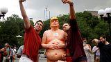 مجسمه های «لخت و بی قواره» دونالد ترامپ در خیابان ها