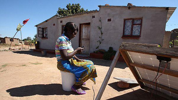Feltöltő- és SIM-kártya nélküli telefont talált fel egy afrikai fiatal