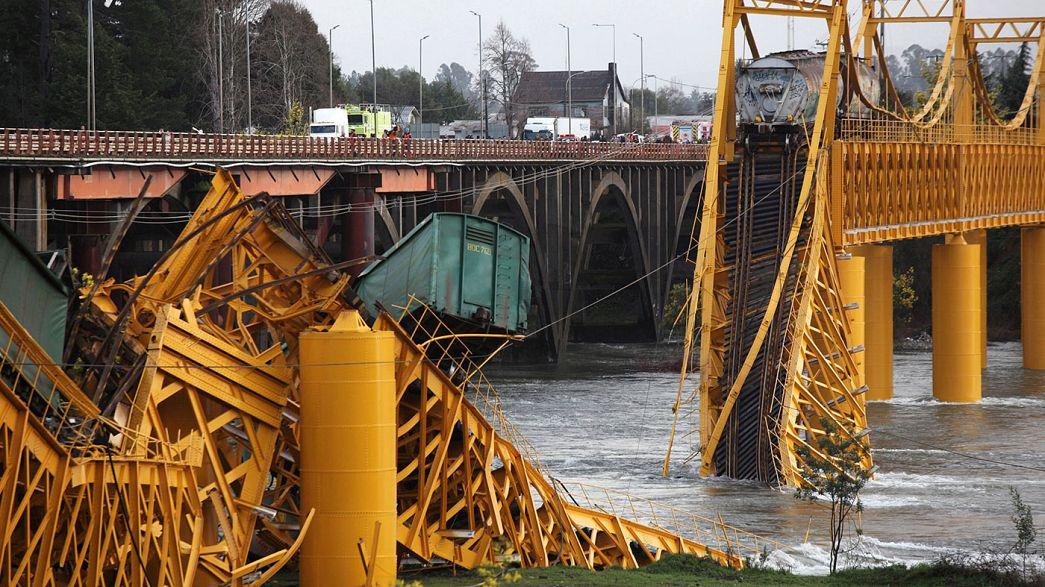 پلی در شیلی شکست و قطار به رودخانه افتاد