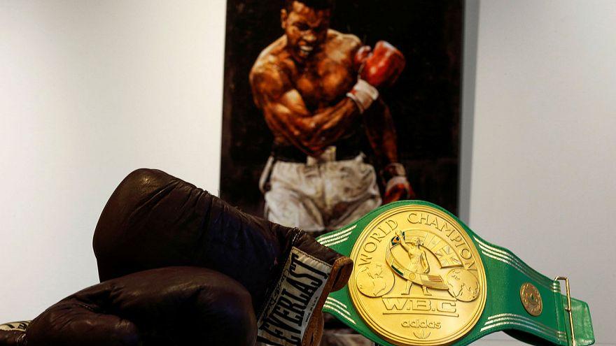 إنجازات الملاكم الأسطورة محمد علي كلاي تعرض للبيع في مزاد علني بلندن