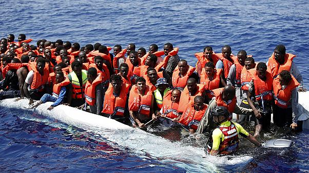 Centenas de migrantes resgatados entre a Líbia e a Itália chegam a Sicília