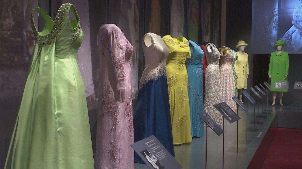 La vida de Isabel II de Inglaterra a través de sus vestidos