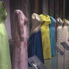 Tutti gli abiti della regina. 90 anni di stile reale in mostra