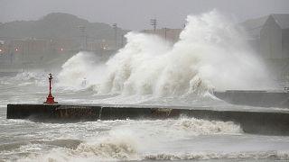 Un tifón sacude Tokio y paraliza el transporte de la capital japonesa