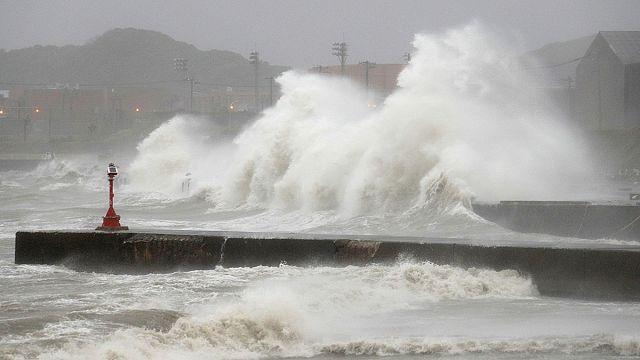 Japonya'da etkili olan Mindulle tayfunu nedeniyle uçak seferleri iptal