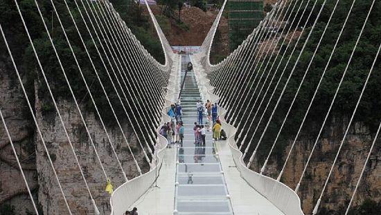 Découvrez le pont en verre le plus long du monde en Chine [no comment]