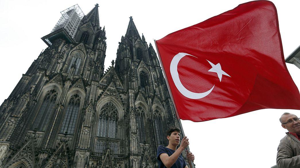 """ميركل تطلب من المواطنين من أصل تركي إظهار """"الولاء"""" لألمانيا"""