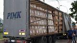 اكتشاف أمر مهاجر أفغاني غير شرعي يسافر معلقاً على هيكل شاحنة في إيطاليا