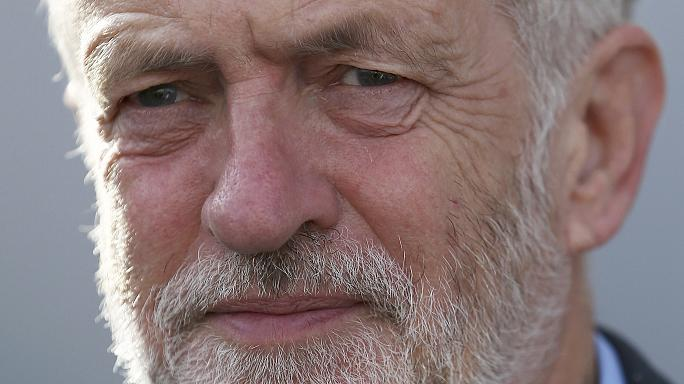 Лидер британских лейбористов сел в поезде мимо кресла