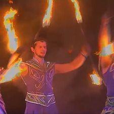 Les performeurs du feu illuminent les nuits de Ratomka, au Bélarus