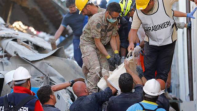 Renzi az olasz földrengés helyszínén