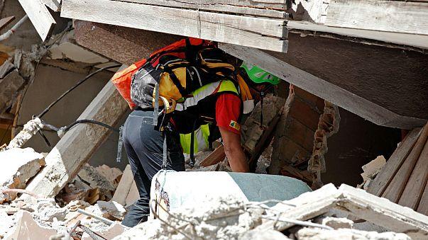 Terramoto em Itália: Bombeiros, militares e até refugiados procuram sobreviventes