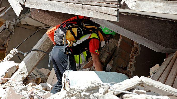 فرق الإنقاذ تواصل البحث عن ناجين تحت الأنقاض في إيطاليا وعدد القتلى شارف على 250