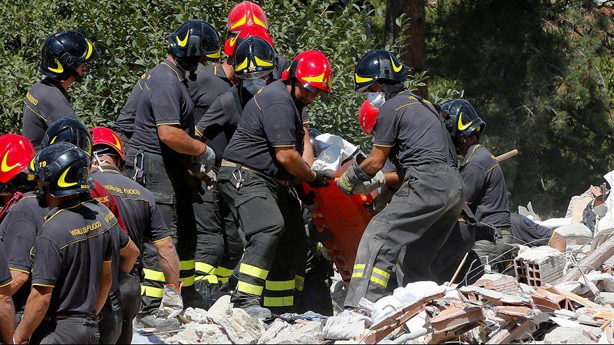 Спасатели ищут живых на месте землетрясения в Италии