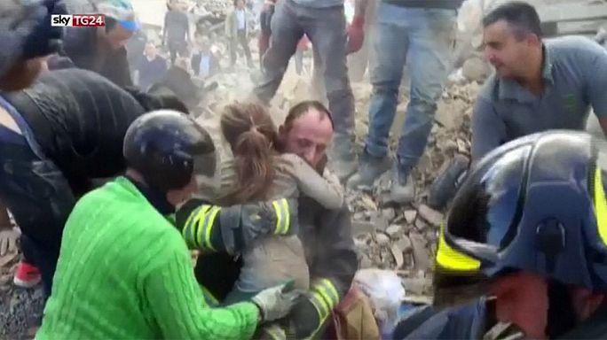 إنقاذ طفلة بعد خمس عشرة ساعة مدفونة تحت انقاض منزل دمره الزلزال شرق إيطاليا