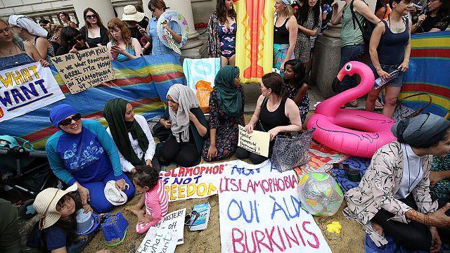 """Жительницы Лондона - против запрета """"буркини"""" на французских пляжах"""