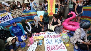 اعتراض به ممنوعیت پوشش بورکینی در سواحل فرانسه به لندن هم رسید