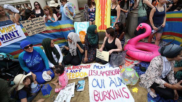 """Britânicas vestem """"burquinis"""" diante da embaixada de França"""