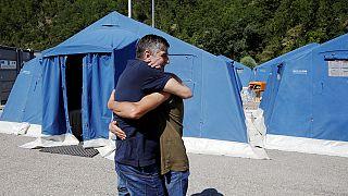 Los equipos de rescate trabajan sin descanso entre los escombros en Amatrice