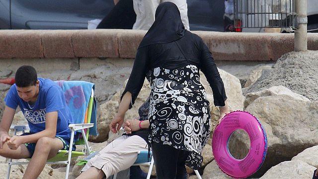 """Госсовет Франции отменил запрет на ношение пляжных """"буркини"""""""