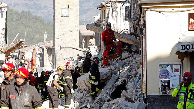 المتضررون من الزلزال يودعون موتاهم في إيطاليا