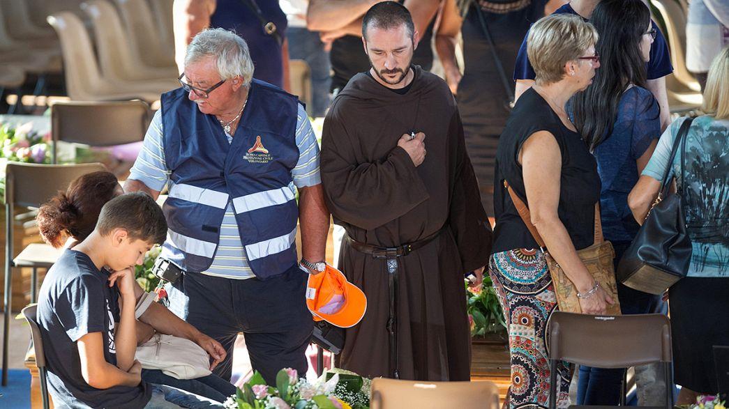 İtalya'da ölü sayısı 290, depremin kurbanları toprağa veriliyor