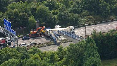 Una pasarela peatonal se desploma sobre un camión en la autopista más frecuentada del Reino Unido