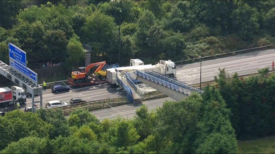 Regno Unito: camion urta ponte su autostrada, crolla la struttura