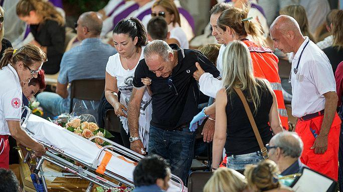 İtalya'da depremin kurbanları için toplu cenaze töreni