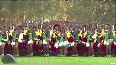 """Au Swaziland, célèbre les jeunes vierges, lors de """"la danse des roseaux"""""""