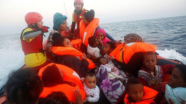 انقاذ الاف المهاجرين قبالة السواحل الليبية