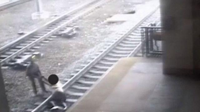 Полицейский спас самоубийцу из-под поезда