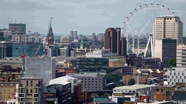 Sentimento economico in calo nell'Ue, investimenti fiacchi nel Regno Unito
