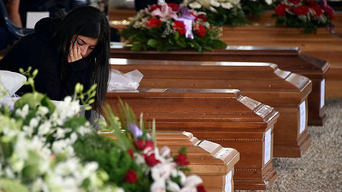 أماتريتشي تشيع جنازة 28 ضحية في أجواء مهيبة وممطرة
