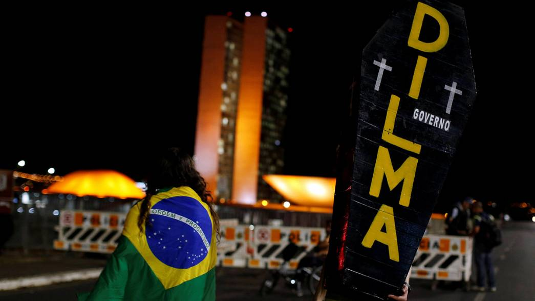 مظاهرة مؤيدة لروسيف في البرازيل قبل يوم من تصويت حاسم على إقصاء رئيسة البلاد