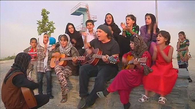 Американский рокер учит афганских девочек игре на гитаре