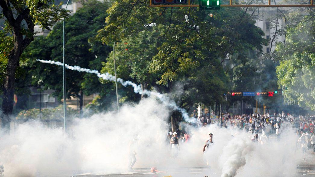 Venezuela'da yüzbinlerce kişi referandum için yürüdü