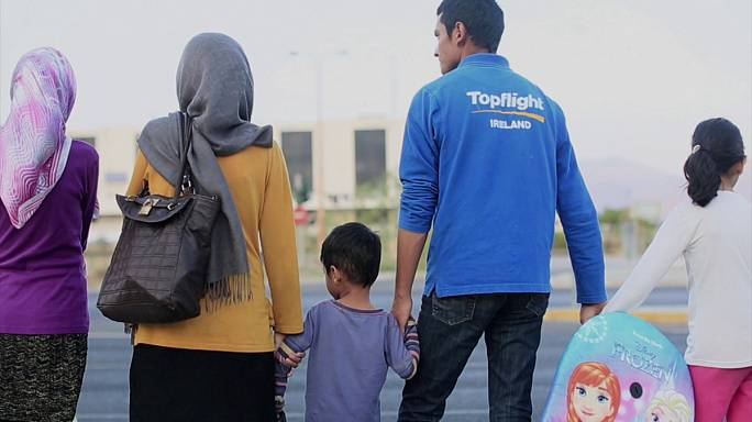 O limbo dos refugiados afegãos que vivem no antigo aeroporto de Atenas