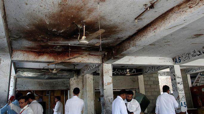 Paquistão: Talibãs reivindicam atentados contra tribunal e bairro cristão