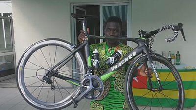 Un nouveau vélo pour un cycliste togolais grâce aux réseaux sociaux