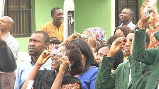 La population assiste à une éclipse annulaire de soleil au Nigéria [no comment]