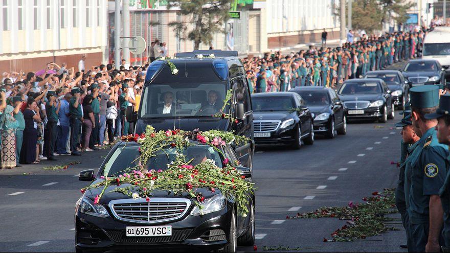 الأوزبكستانيون بكوا رئيسهم وهم يشاهدون الموكب الجنائزي