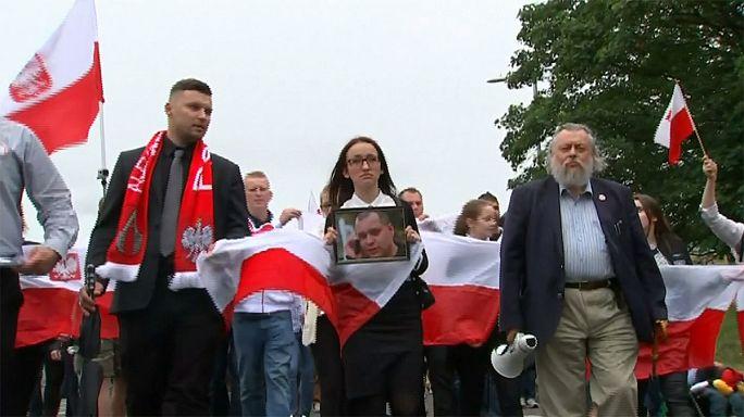 """الجالية البولندية في بريطانيا تقيم مسيرة صامته بعد مقتل رجل بـ """"جريمة كراهية"""""""