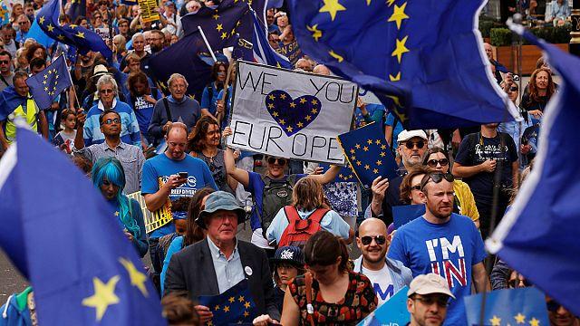 İngiltere'de binlerce Brexit karşıtı sokaklara döküldü