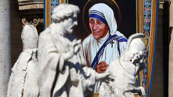 """Mère Teresa devient """"officiellement"""" une sainte"""